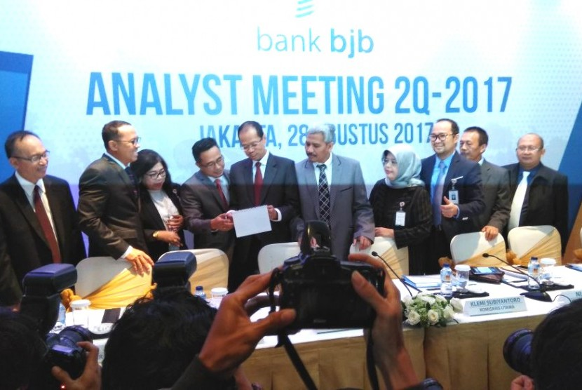 Jajaran direksi dan komisari Bank BJB dalam analyst meeting 2Q 2017 di Ritz Carlton SCBD, Jakarta, Senin (28/8).