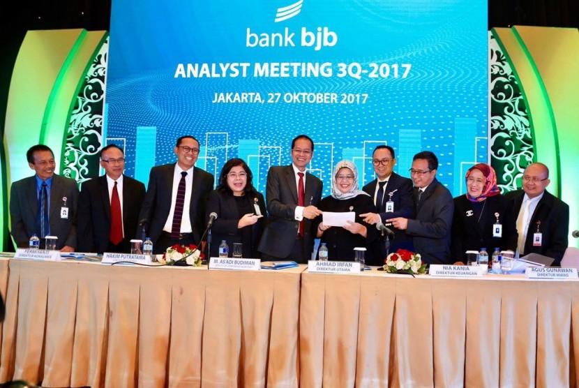 Jajaran direksi dan komisari Bank BJB dalam //analyst meeting//  3Q 2017 di Ritz Carlton, Jakarta, Jumat (27/10).