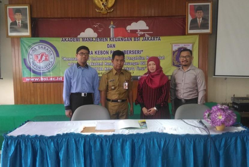 Jajaran pimpinan AMK BSI Jakarta bersama Lurah Kebon Pala.
