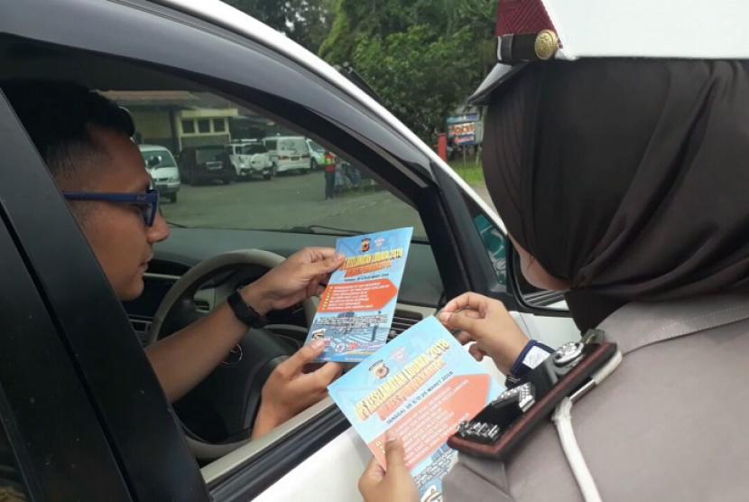 Jajaran Satlantas Polres Purwakarta, membagikan kartu e-tol dengan desain khusus ke pengguna jalan yang melintasi GT Sadang dan GT Jatiluhur, Selasa (13/3).