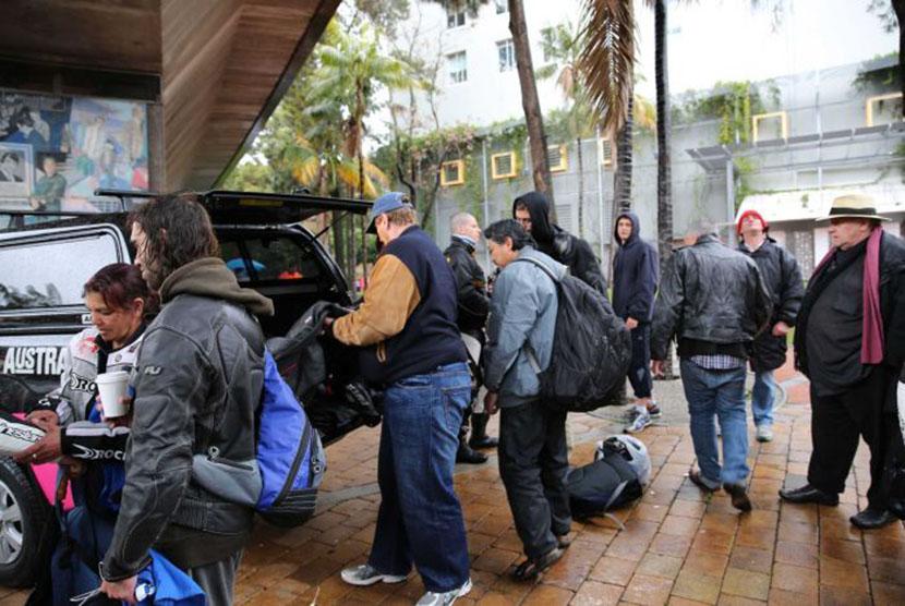 Jaket kulit diserahkan kepada para tunawisma di bawah jembatan Woolloomooloo di Sydney.