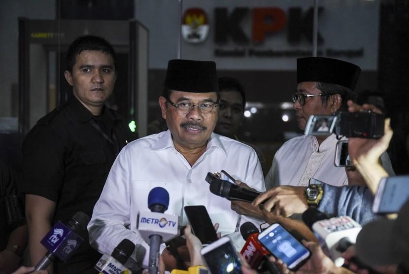 Jaksa Agung HM Prasetyo (kedua kiri) menjawab pertanyaan wartawan usai mengikuti buka bersama yang diadakan KPK di gedung KPK, Jakarta, Rabu (7/6).