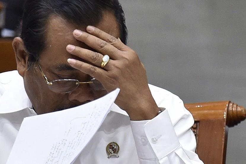 Jaksa Agung Prasetyo mendengarkan pertanyaan anggota Komisi III dalam rapat kerja di Kompleks Parlemen Senayan, Jakarta, Senin (11/9).