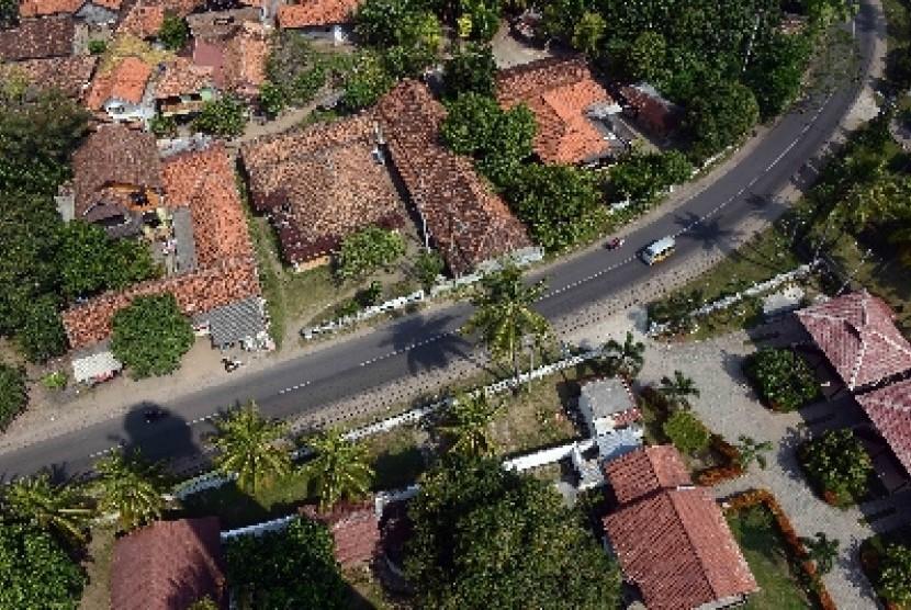 Salah satu Jalur Daendels, yakni jalan raya di kawasan Anyer, Banten difoto dari atas mercu suar.