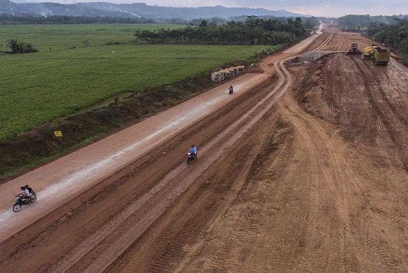 Jalan Tol Batang-Semarang tampak sedang dalam pengerjaan di Gringsing, Batang, Jawa Tengah (ilustrasi).