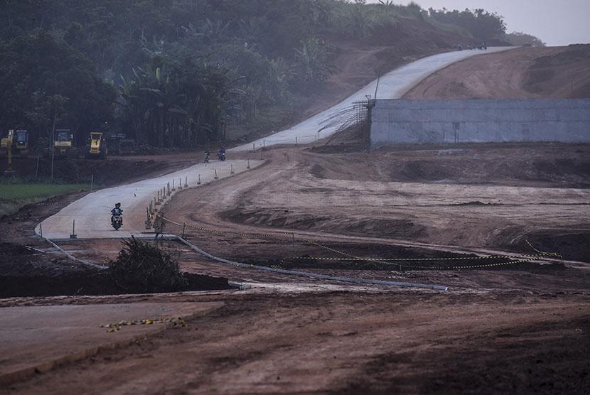 Pengerjaan proyek jalan Tol Batang-Semarang.