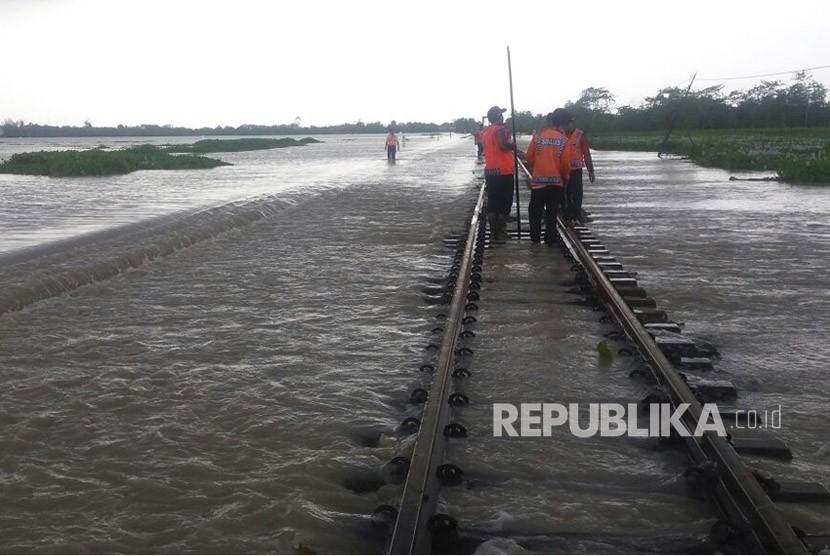 Jalur kereta api di KM 155 + 4/9 lintas Brebes-Tegal, terendam banjir, Senin (12/2).