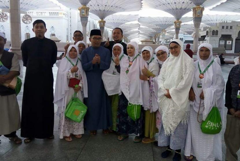 Jamaah asal Indonesia berswafoto (selfi) dengan Wali Kota Bandung HM Ridwan Kamil (baju tosca) di Masjid Nabawi, Madinah.