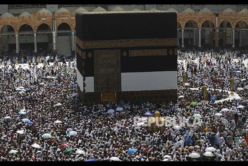 Jamaah bertawaf di sekeliling Ka'bah, Senin (28/8)