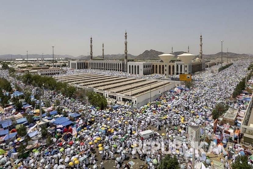 Jamaah haji dari berbagai negara menyemut di Masjid Namira di Padang Arafah, Ahad pagi (11/9).