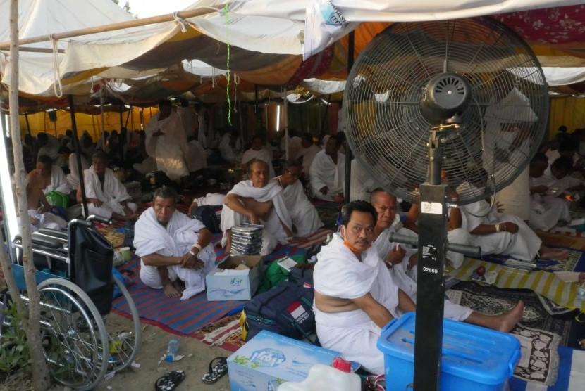 Jamaah haji Indonesia berada di tenda perkemahan untuk melaksanakan ibadah wukuf di Arafah, Ahad (11/9). (Republika/ Amin Madani)