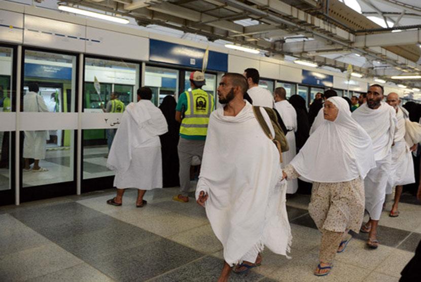 Jamaah haji menggunakan layanan kereta Mashair untuk transportasi di Mina, Arafah dan Muzdalifah.  (Sabq/Abdul Malik Surur)