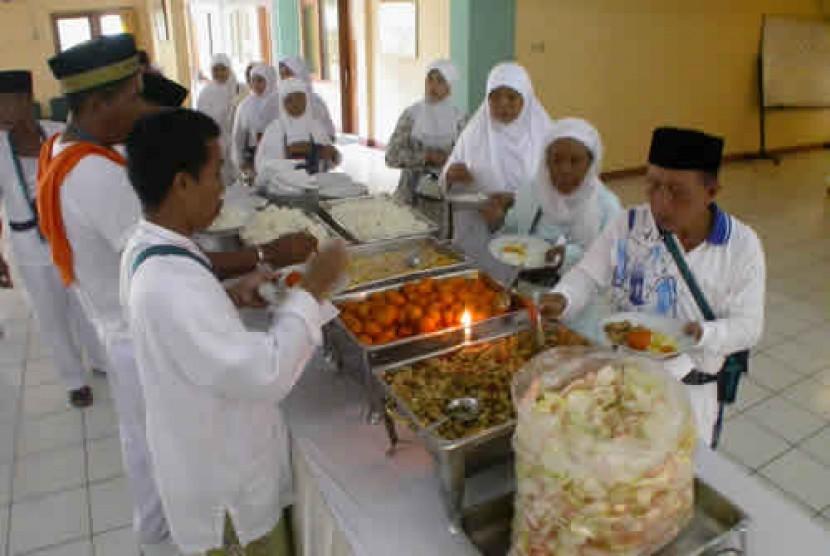 Jamaah haji sedang makan bersama (Ilustrasi)