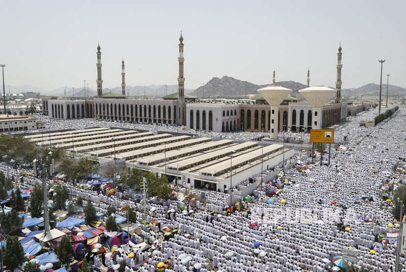 Jamaah haji shalat berjamaah di Masjid Namira di Padang Arafah, Makkah, Arab Saudi, Kamis (31/8).
