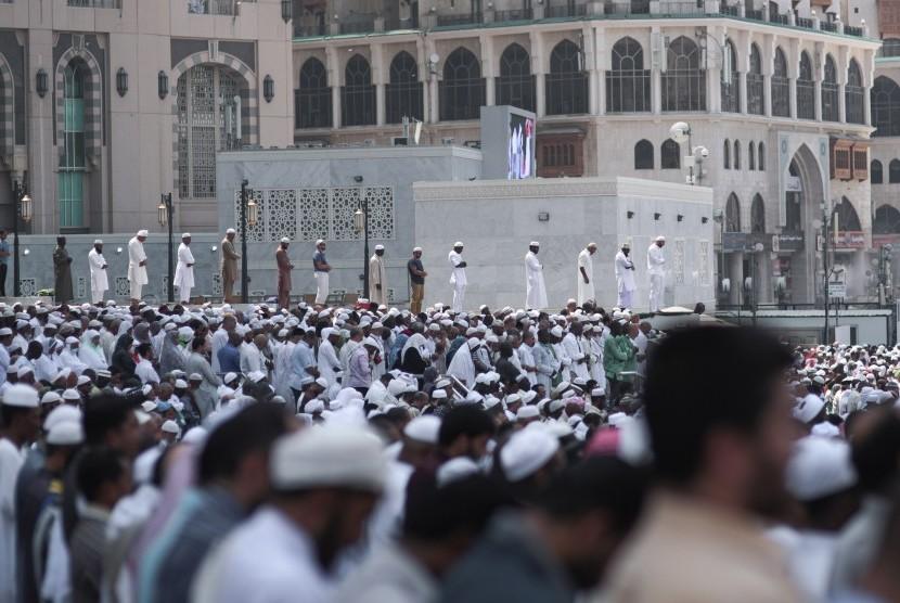 Jamaah haji shalat jumat di luar Masjidil Haram