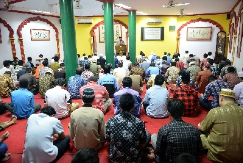 Jamaah mendengarkan Khotbah Jumat di Masjid Lautze, Pasar Baru, Jakarta. Masjid yang berarsitektur khas etnis Cina ini banyak dikunjungi Muslim keturunan Tionghoa.