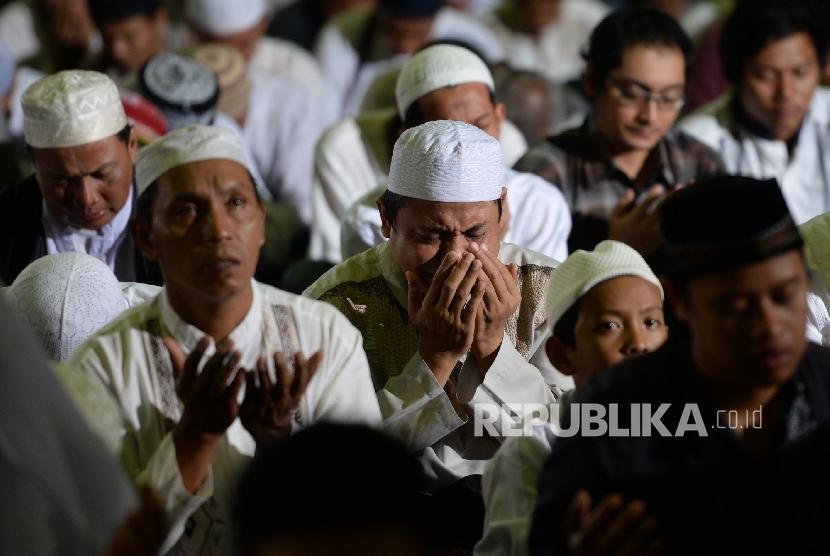 Jamaah mengikuti dzikir bersama Ustadz Arifin Ilham saat Dzikir Nasional Republika 2016 di Masjid At-Tin, Jakarta, Sabtu (31/12).Republika/Wihdan Hidayat