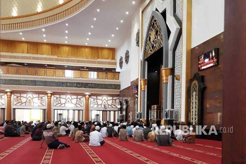 Jamaah mengikuti kajian bakda Dzuhur di Masjid Hubbul Wathan Islamic Center NTB, Mataram (Ilustrasi)
