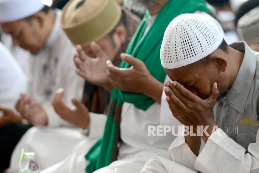 Jamaah mengikuti Zikir Akbar untuk Rohingya oleh Dompet Dhuafa bersama Pimpinan Majelis Az-Zikra Ustaz Arifin Ilham di Masjid Al Madinah, Parung, Kabupaten Bogor, Jawa Barat, Kamis (7/9).