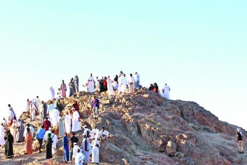 Jamaah mengunjungi Gunung Uhud (Ilustrasi)