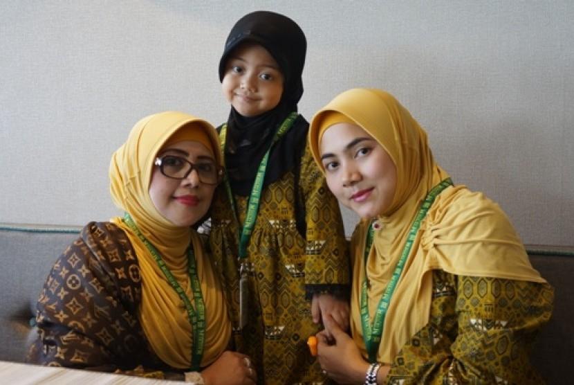 jamaah umrah cilik, raisya lavinia (4) didampingi mamanya yani heryani (kanan) dan neneknya Hj Erni Sudarman