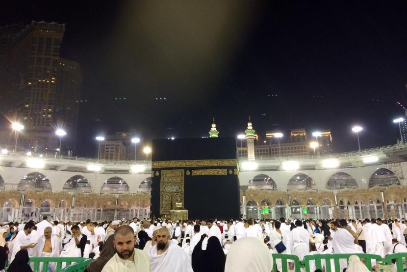 Jamaah umrah dari berbagai negara melebur di Maqom Ibrahim untuk menunaikan shalat sunnah dua rakaat setelah tawaf.