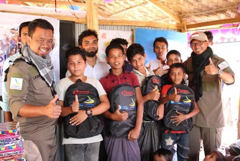 Jaringan Sekolah Islam Terpadu (JSIT) bekerjasama dengan PKPU Human Initiative mendirikan sekolah sementara untuk anak-anak pengungsi Rohingya yang berada di Kamp Pengungsian Balukhali 2.