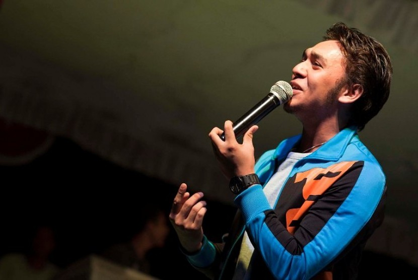 Jawara Indonesian Idol 2010, Igo Pentury, menghibur warga, saat pencanangan Ambon sebagai 'Kota Musik', di kawasan Pattimura Park Ambon, Maluku, Sabtu (11/2) malam