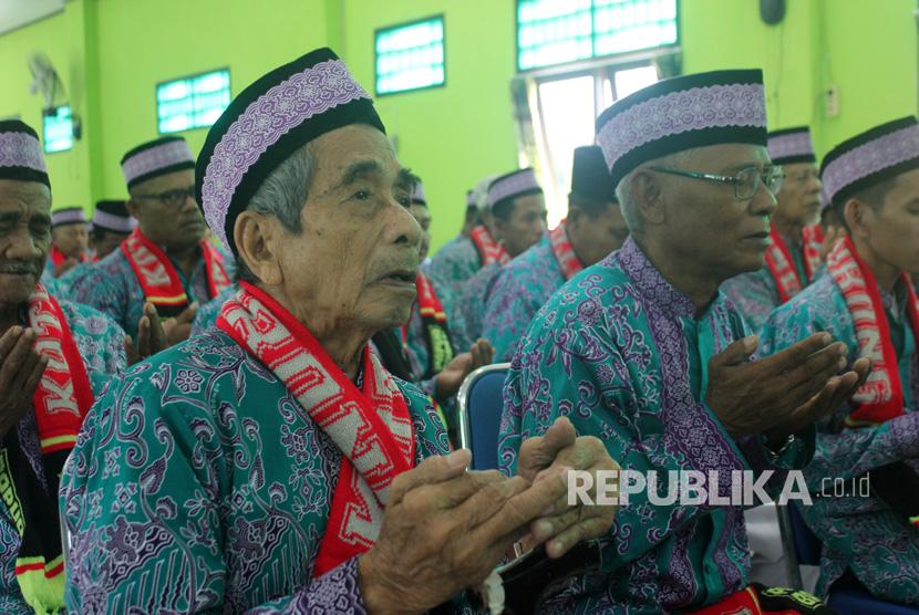 Jamaah calon haji tertua berusia 91 tahun, Tjajong bin Coing (kiri) tak menghalanginya  menunaikan ibadah haji ke Tanah Suci. (Ilustrasi)