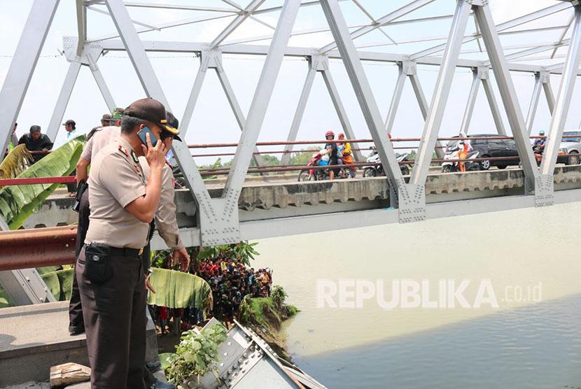 Jembatan Babat-Widang, yang menghubungkan Kabupaten Tuban dengan Kabupaten Lamongan ambrol.