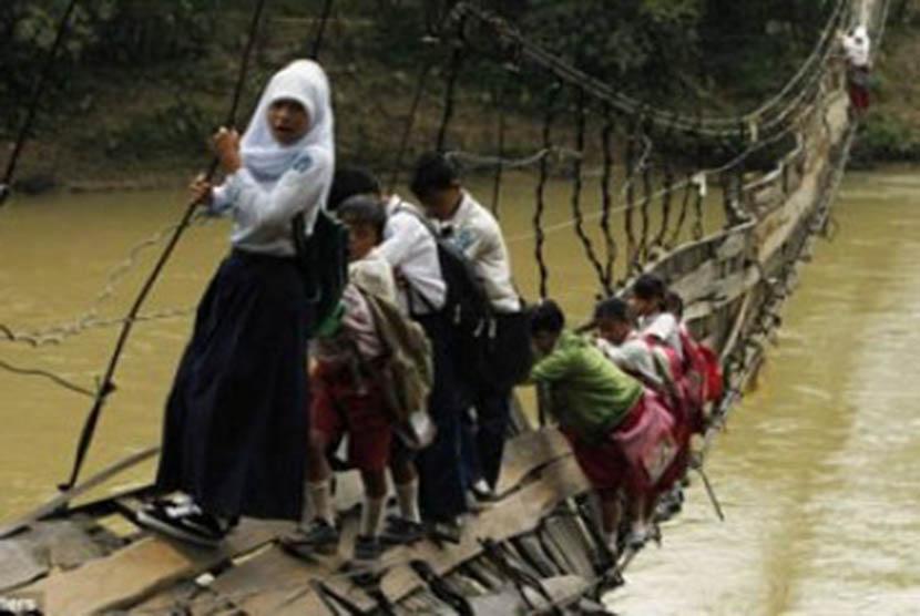 Murid Sekolah di Cina Lewati Jembatan Bambu untuk ke Sekolah