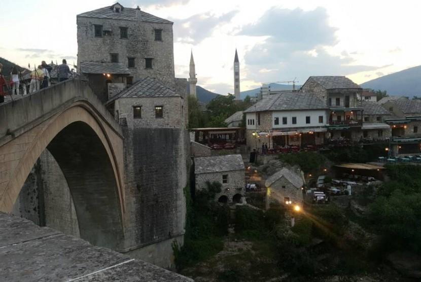 Jembatan Mostar Bosnia, saksi bisu pembantaian Muslim Bosnia.