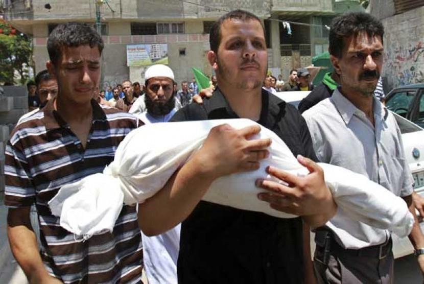 Jenasah balita korban serangan udara Israel dibawa oleh keluarganya untuk dimakamkan di kota Gaza, Palestina.