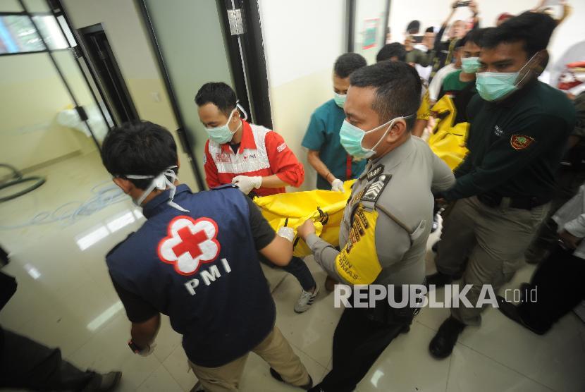 Jenazah korban kecelakaan bus di tanjakan Emen, Subang, Jabar, tiba di RSUD Tangsel, Ahad (11/2) pagi.