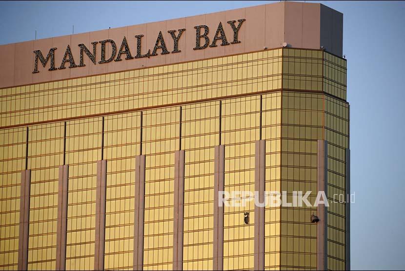 Jendela kamar Hotel Mandala Bay hotel yang pecah diduga tempat pelaku penembakan melakukan aksinya, Senin (2/10).