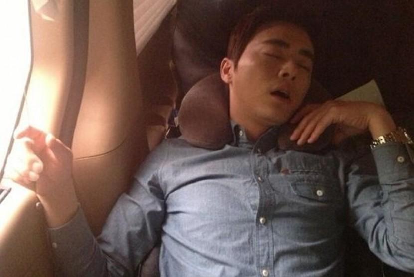 Jo Jung Suk dengan pose tidurnya yang aneh