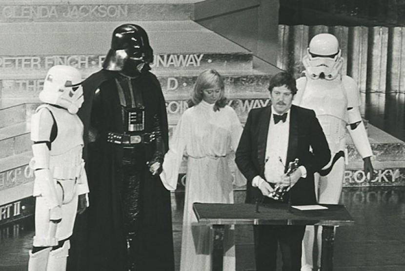 John Mollo dan kostum Star Wars yang didesainnya.
