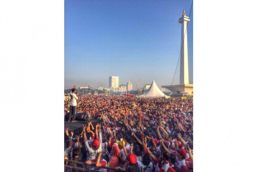 Joko Widodo (Jokowi) di hadapan masyarakat DKI Jakarta saat mengikuti acara Gerak Jalan Revolusi Mental di Bundaran Hotel Indonesia, Ahad (22/6) pagi.