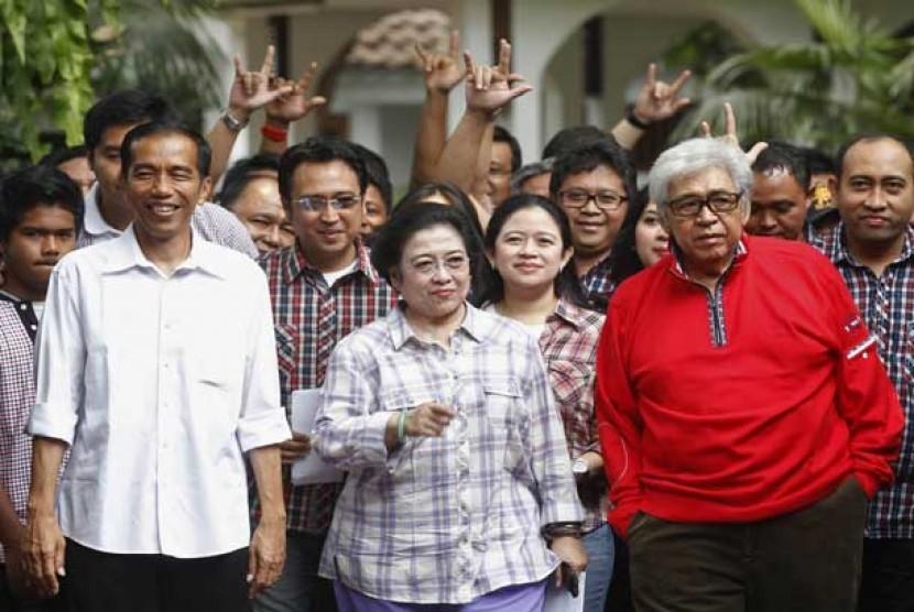 Joko Widodo (kiri) bersama Megawati Soekarnoputri (tengah) dan Taufiq Kiemas (kanan).