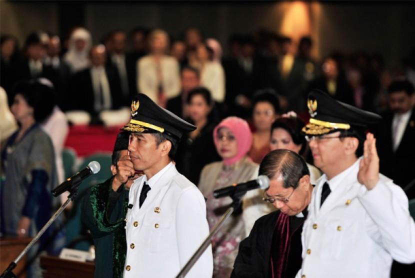 Joko Widodo (kiri) dan Basuki Tjahaya Purnama (kanan), diambil sumpah jabatan saat dilantik menjadi Gubernur dan Wakil Gubernur DKI Jakarta periode 2012-2017 dalam Sidang Paripurna Istimewa DPRD DKI Jakarta di Jakarta, Senin (15/10).