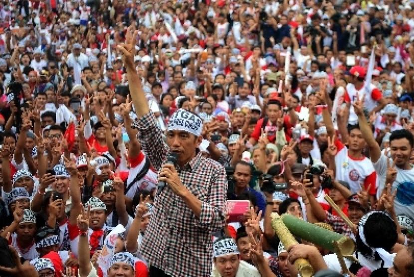 Jokowi mengukuhkan ribuan satgas relawan Jokowi-JK anti kecurangan dan politik uang di Parkir Timur Senayan, Jakarta, Kamis (26/6).