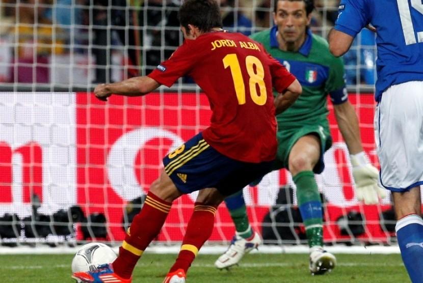 Jordi Alba mencetak gol kedua Spanyol melawan Italia di Partai Final Piala Eropa 2012, Senin (2/7) dini hari