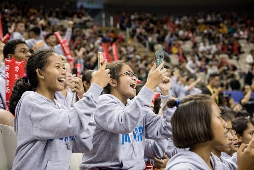 Jr. NBA All-Stars Indonesia 2017 tampak bersemangat menyaksikan pertandingan Golden State Warriors melawan Minnesota Timberwolves dalam ajang NBA Global Games 2017, di Mercedes-Benz Arena, Shanghai, Minggu (8/10). Pengalaman ini diharapkan dapat mendorong mereka untuk terus meningkatkan potensi dan menorehkan prestasi di bidang olahraga basket.