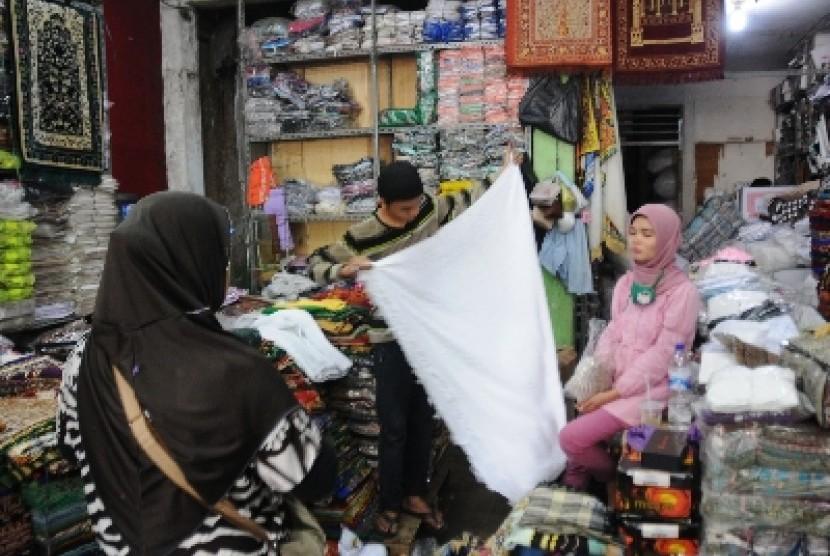 Jual beli di sebuah pasar (ilustrasi).