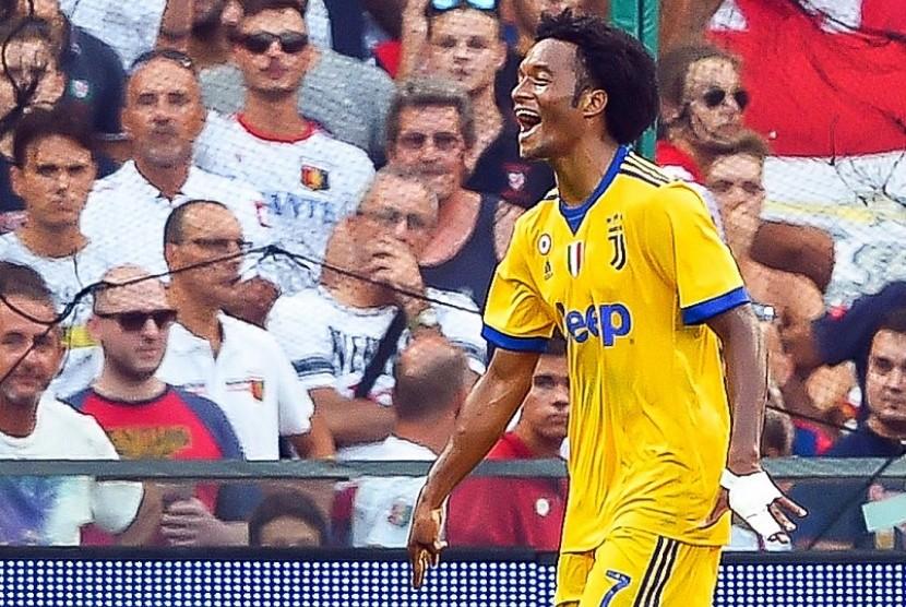 Juan Cuadrado (kanan) merayakan golnya yang membawa Juventus mengalahkan Genoa 3-2 dalam pertandingan Serie A, Sabtu (26/8)