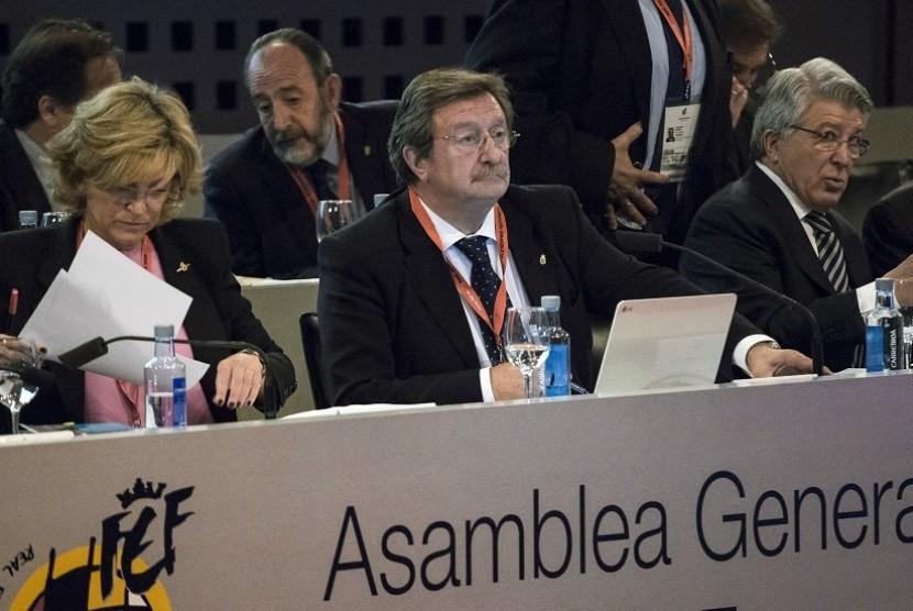 Juan Luis Larrea (tengah).