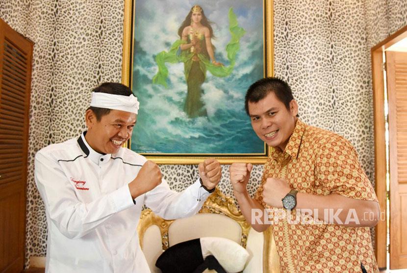 Juara kelas bulu WBA Chris John menyambangi Bupati Purwakarta Dedi Mulyadi.