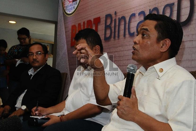juru bicara Badan Nasional Penanggulangan Bencana Terorisme (BNPT), Irfan Idris (kanan), Pengamat Terorisme Nasir Abbas (kiri) berbicara saat konferensi pers di Jakarta, Kamis (19/3).