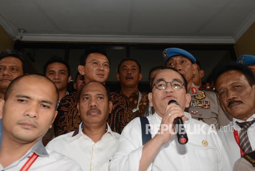 Juru Bicara Calon Gubernur DKI Jakarta nomor urut 2 Basuki Tjahaja Purnama atau yang biasa dipanggil Ahok, Ruhut Sitompul memberikan keterangan kepada awak media seusai menjalani pemeriksaan di Mabes Polri, Jakarta, Senin (7/11).
