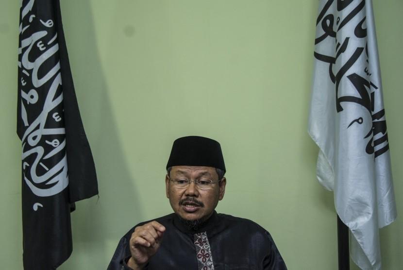 Juru Bicara Hizbut Tahrir Indonesia (HTI) Ismail Yusanto memberikan keterangan pers terkait pembubaran ormas HTI di kantor DPP Hizbut Tahrir Indonesia (HTI), di Menteng Dalam, Tebet, Jakarta, Senin (8/5).